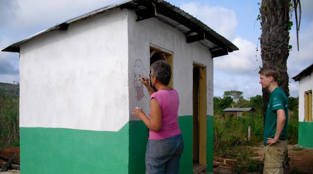 Nuestros voluntarios de Construcción pintando coloridos murales.